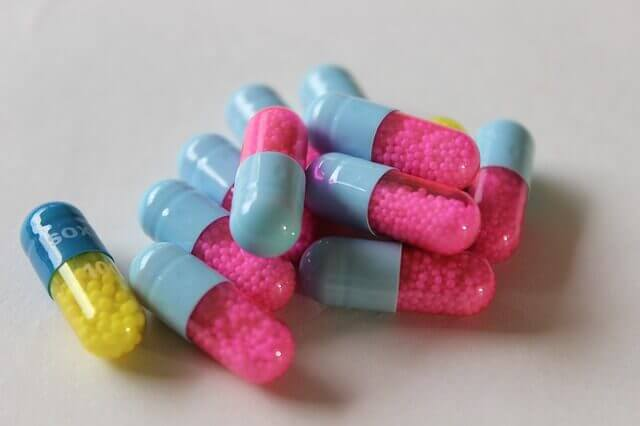 renkli ilaç kapsülleri
