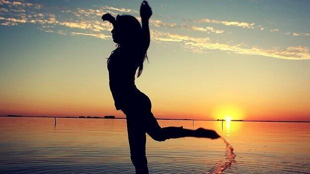 sahil kenarında spor yapan kadın
