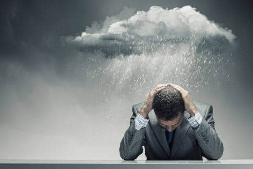 yağmurda bunalan adam