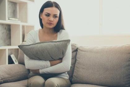 yastığa sarılan üzgün kadın