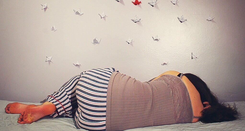 kadın yatakta yatıyor