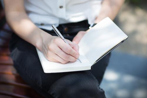 yazı yazan insan
