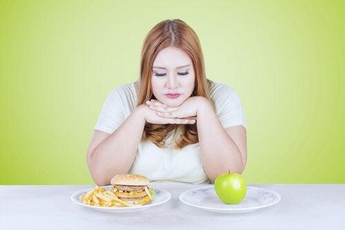 yemek seçimi yapan kadın