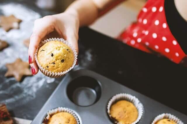 yemek yapma terapisi ile muffin yapan kadın