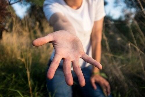 elini uzatan insan