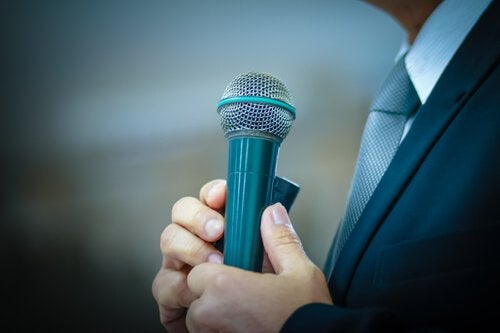 elinde mikrofon tutan adam