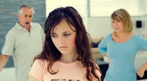 ebeveynleri yanında tartışan genç kız