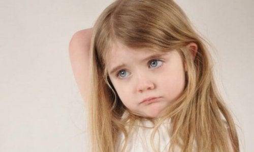 üzgün bir küçük kız çocuğu