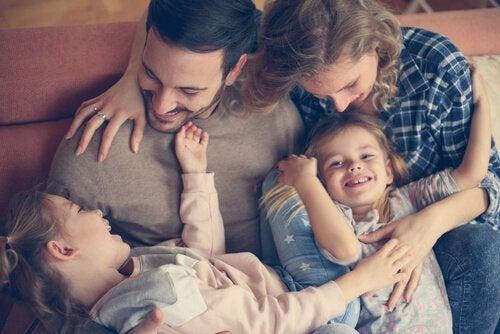 çocuklarıyla birlikte bir aile