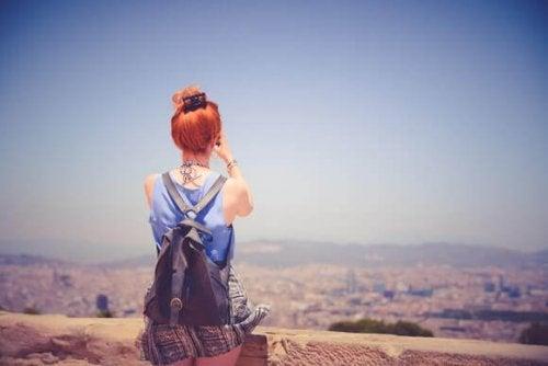 vadide oturan genç kadın