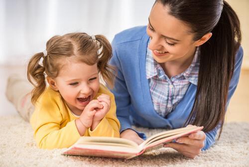 anne kız çocuğu okumayı öğrenmek