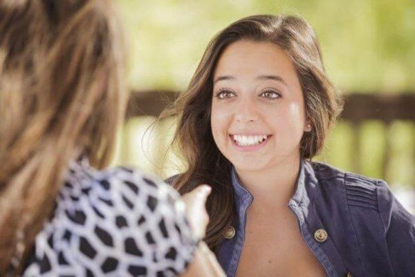 arkadaşıyla konuşurken gülen kız
