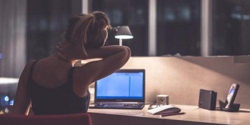 bilgisayarda çalışan kadın