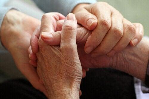 birbirini tutup destek veren eller
