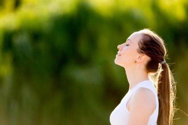 derin nefes alan kadın