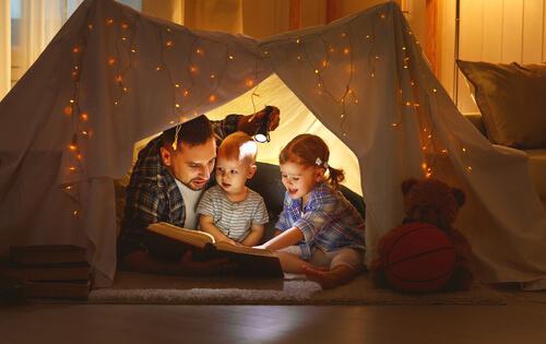 ev çadır okuyan baba ve çocuklar