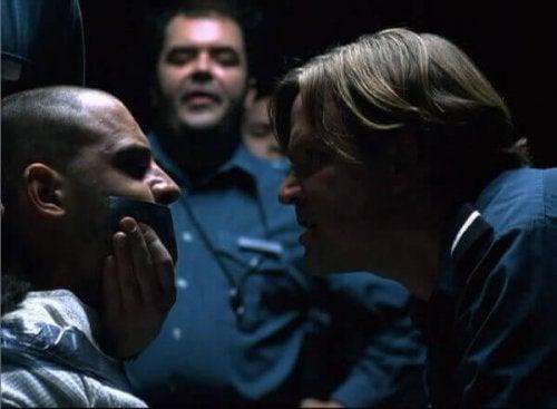 tutuklu ve gardiyan deney filminde şiddet