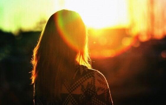 güneşe giden kadın