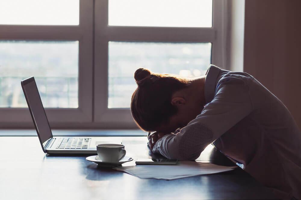kadın çalışmaktan yorulmuş