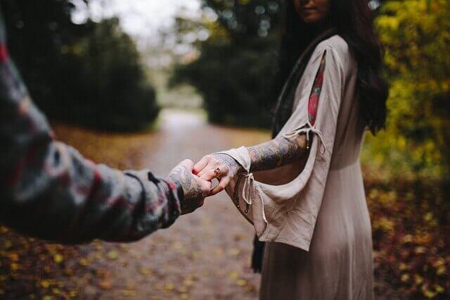 kadın ile erkek el ele