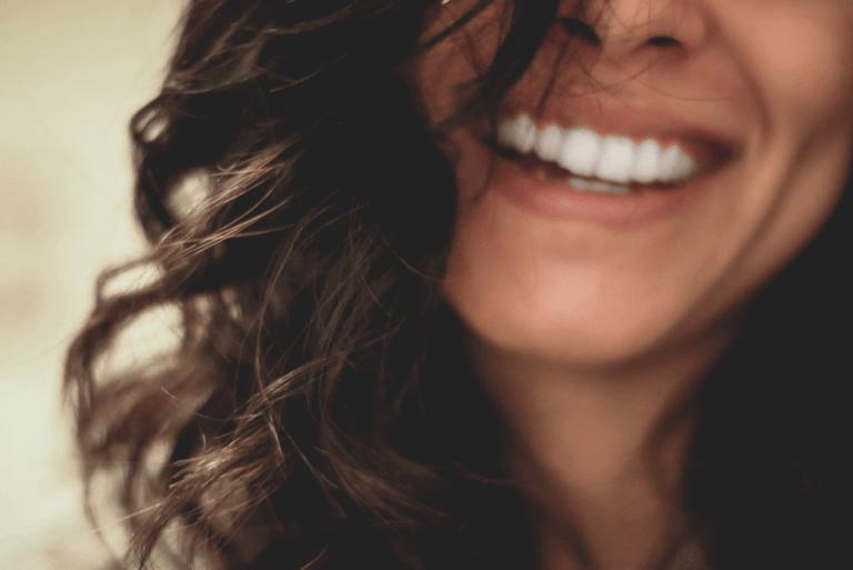 kadın mutlu gülüyor