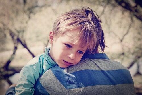 kardeşine sarılan çocuk