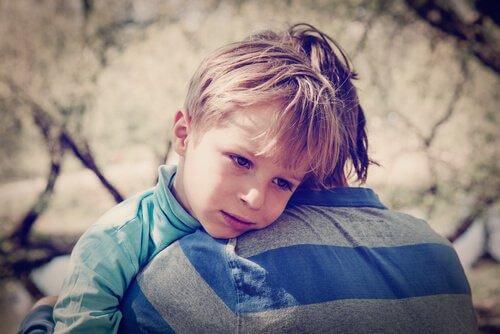 kardeşine sarılan üzgün çocuk