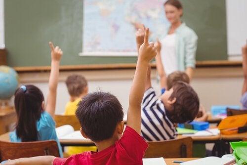 sınıfta el kaldıran çocuklar
