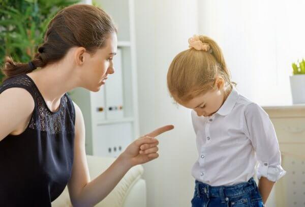 kızını azarlayan anne