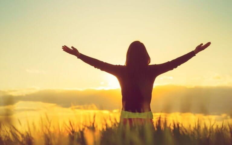 kollarını güneşe doğru açmış kadın