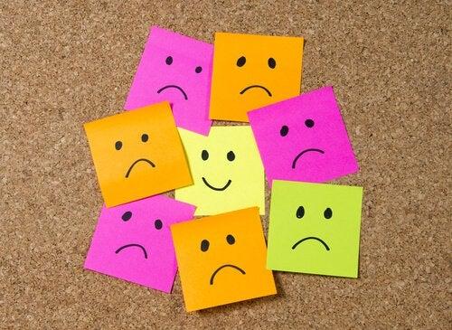 mutlu yüz mutsuz yüzlerle çevrilmiş
