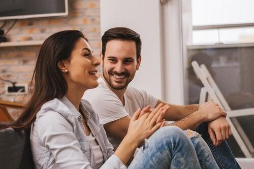 oturma odasında konuşan çift