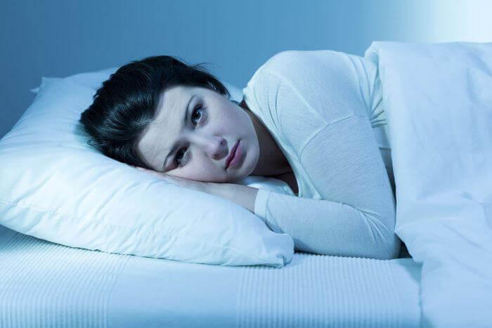 yatakta uyuyamayan kadın