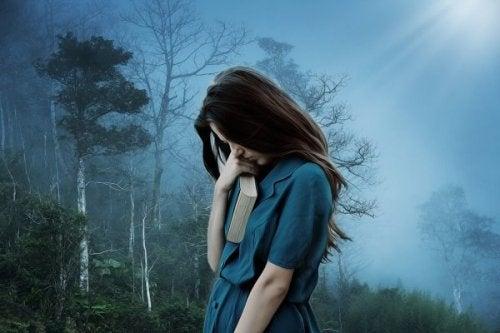 elinde kitapla genç bir kadın terk edilme korkusu yaşarken