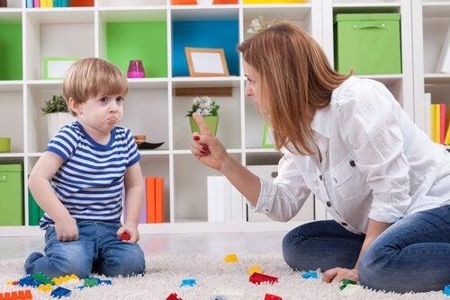 duygusal şantaj uygulayan anne ve çocuğu