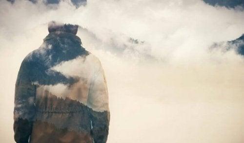 bulutlarla çevrili adam