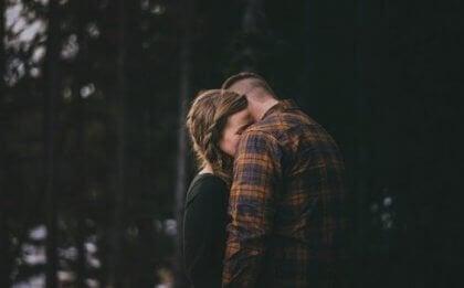 ormanda sarılan bir çift