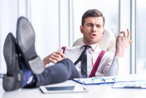 iş yerinde müzik dinleyen adam
