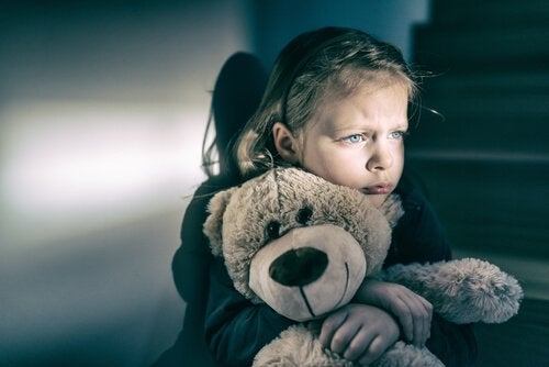 üzgün kız çocuğu