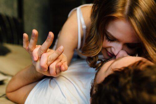 el ele öpüşen bir kadın ver erkek