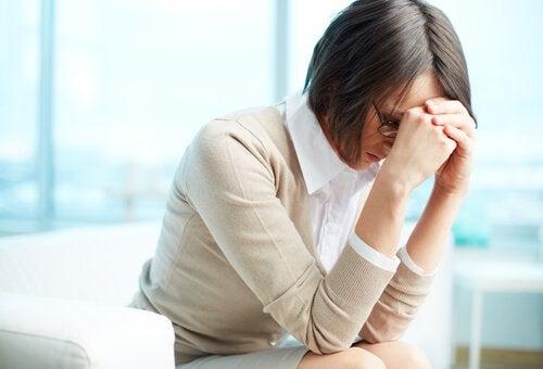 narsistler yüzünden iş yerinde ağlayan kadın