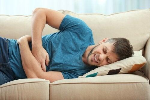 Somatik semptom bozuklukları ve midesi ağrıyan bir adam