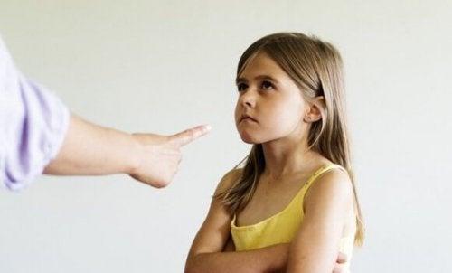 kınamayı çocuk yetiştirirken kullanan ebeveyn