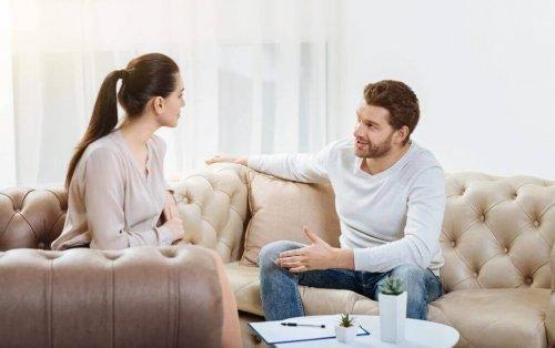 oturup konuşan çift