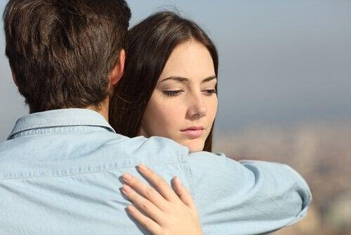 adam ve kadın sarılıyor