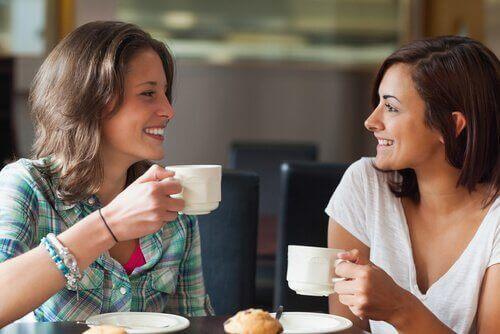 kahve eşliğinde konuşan iki arkadaş