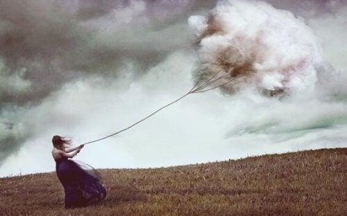 bulutu bağlamış çeken kadın