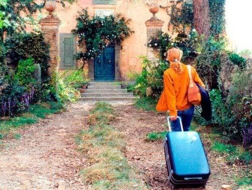 bavul taşıyan Frances