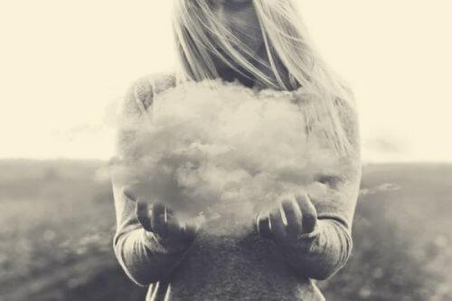 bulut tutan kadın