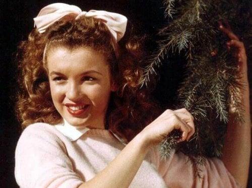 çam ağacı tutan marilyn monroe
